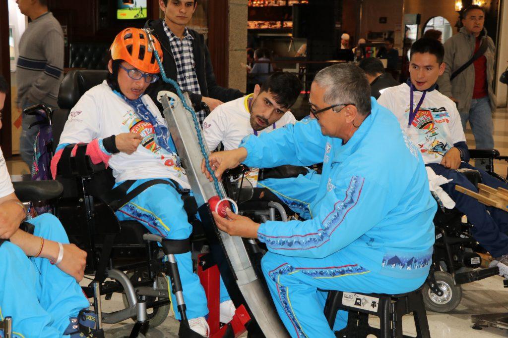 Fotografia de persona con discapacidad cognitivs en silla de reudas jugando boccia